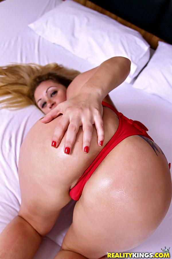 PRISCILLA: Big boobs mature dance and hot ass