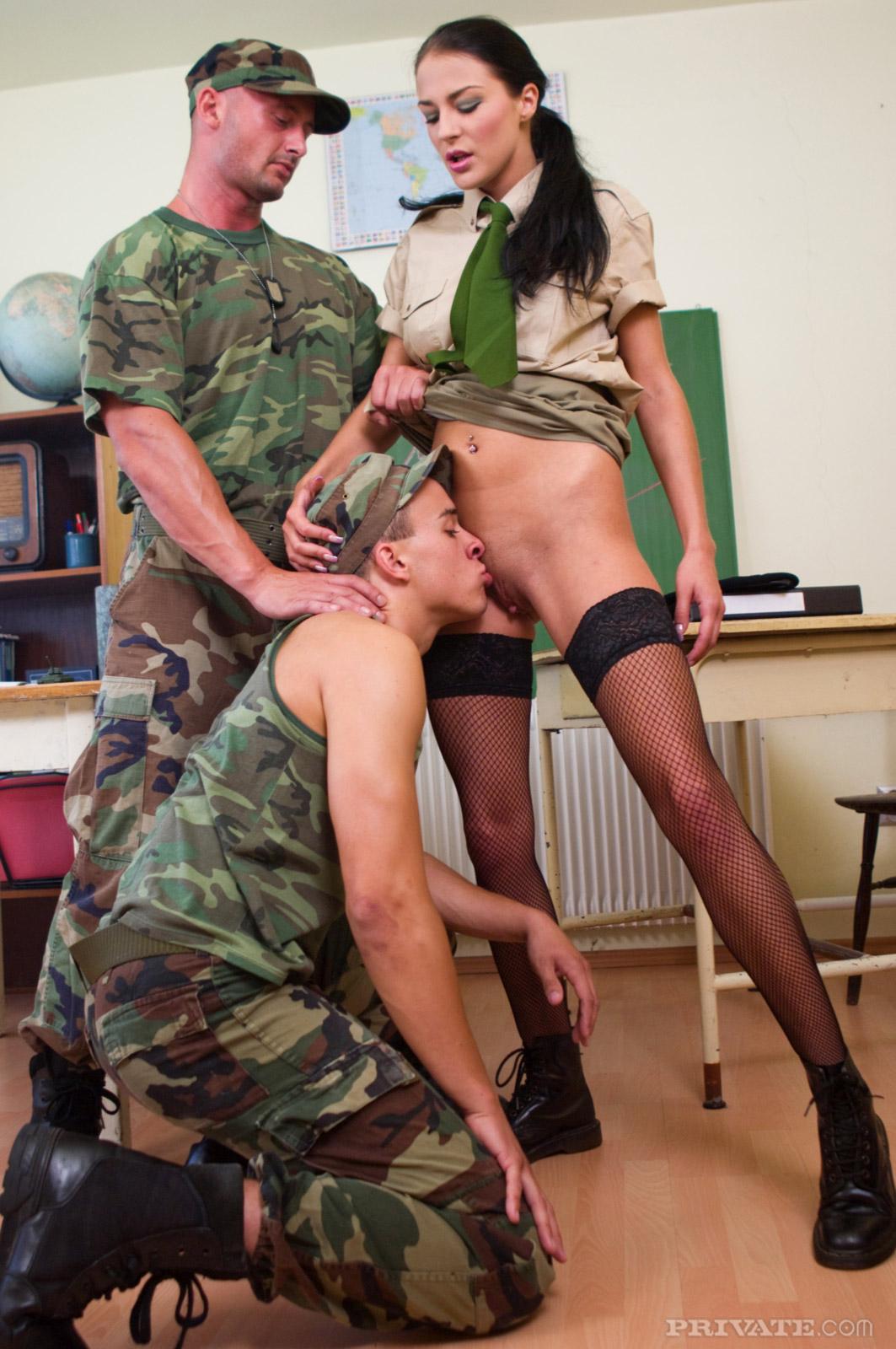 порно фото и эротека с солдатами в армии для планшета