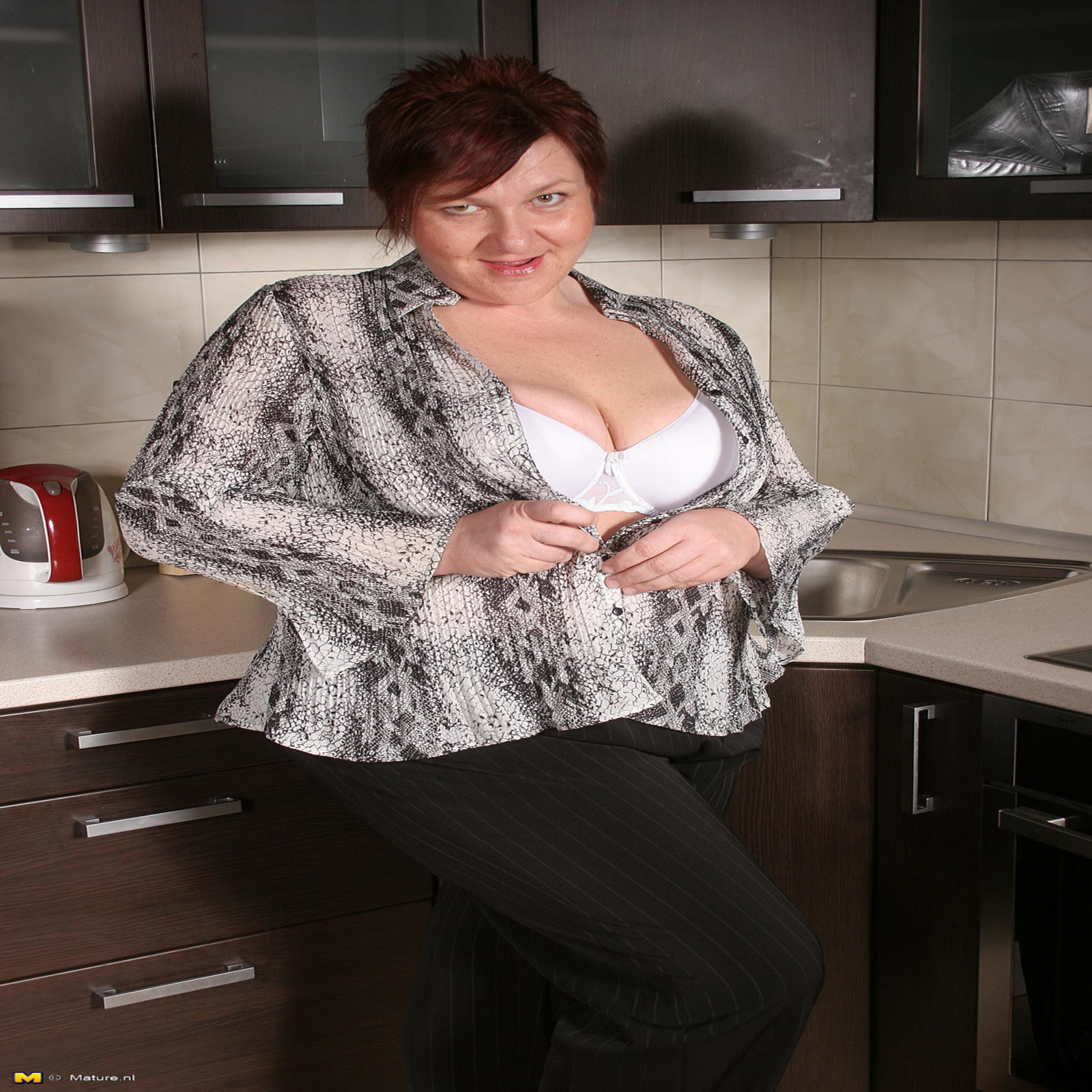 sex in kitchen big ass mature lady playing in the kitchen with her pussy