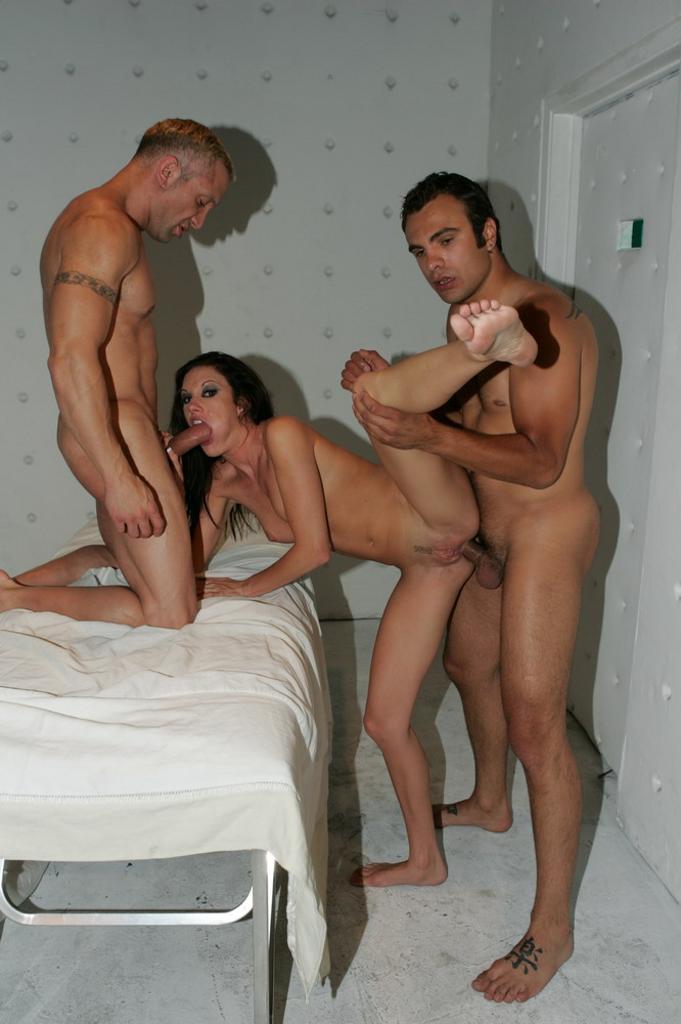 naked-taylor-rain-threesome
